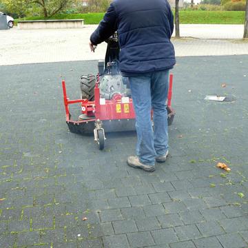 Brosse mécanique pour l'entretien des pavés