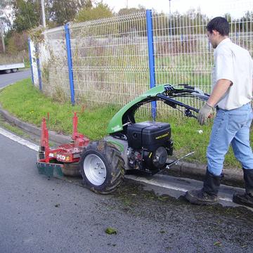 Brosse mécanique pour l'entretien des bordures de chaussée
