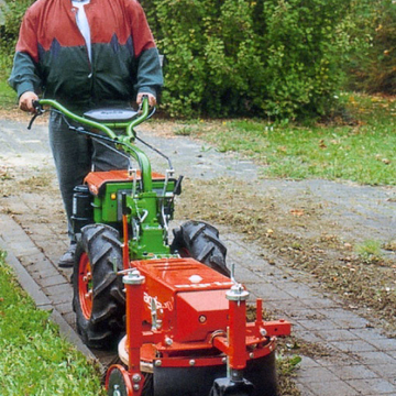 Brosse mécanique pour l'entretien des trottoirs
